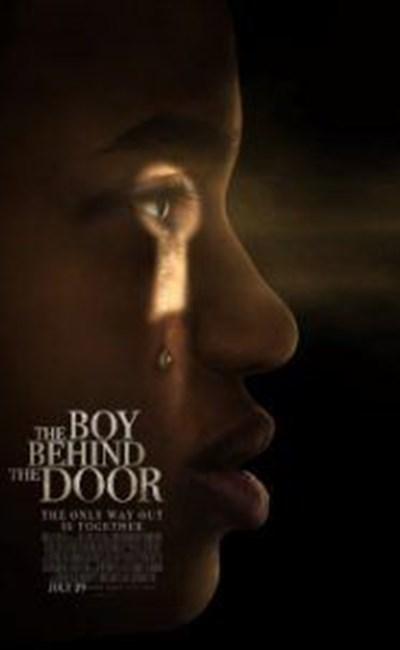 پسری پشت در